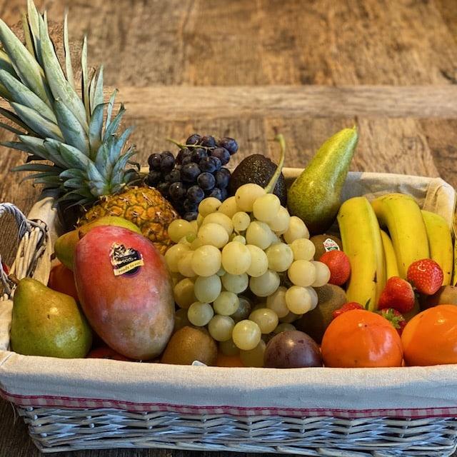 panier en osier remplis de fruits de toutes sortes