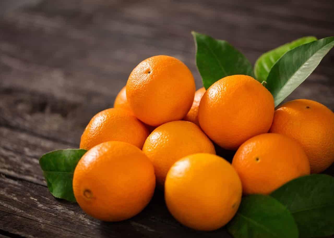 oranges posées sur une table